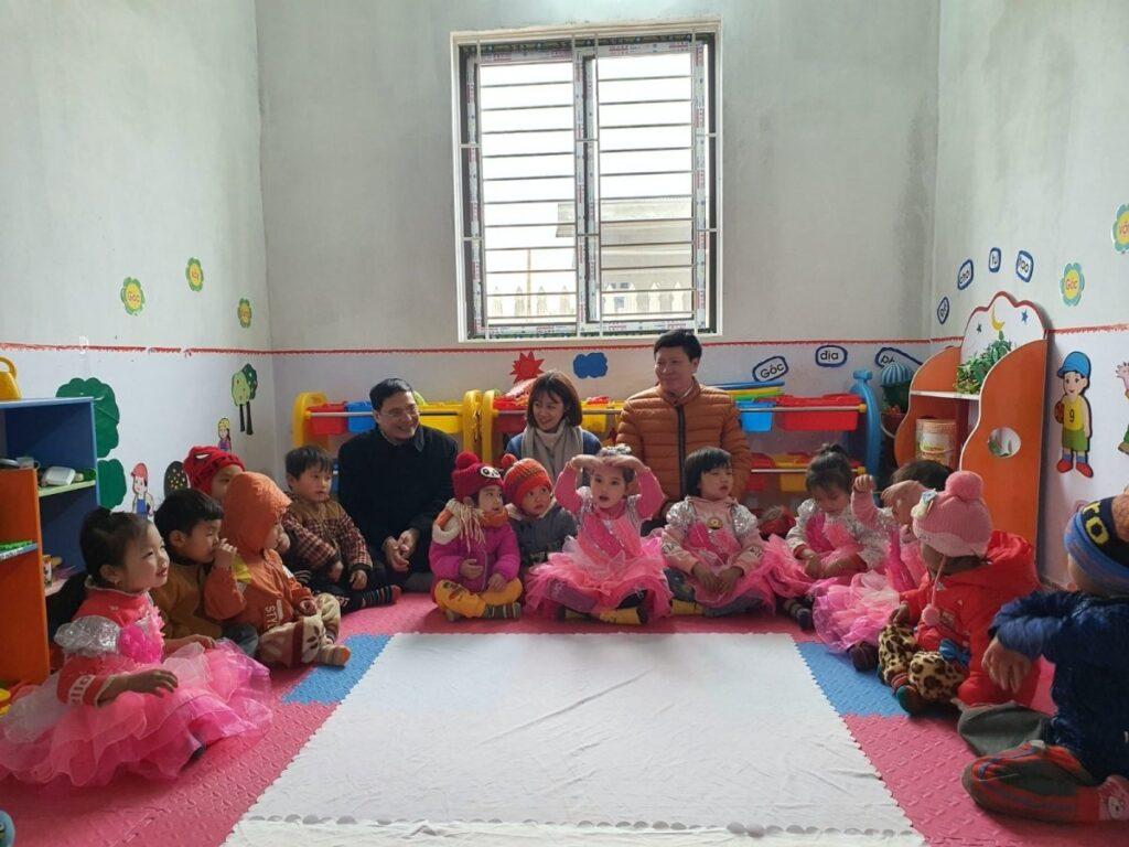 Đại diện các nhà tài trợ tham dự buổi học tại trường