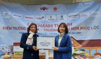 Đại diện Halcom Việt Nam trao phần quà cho cô Hiệu trưởng nhà trường