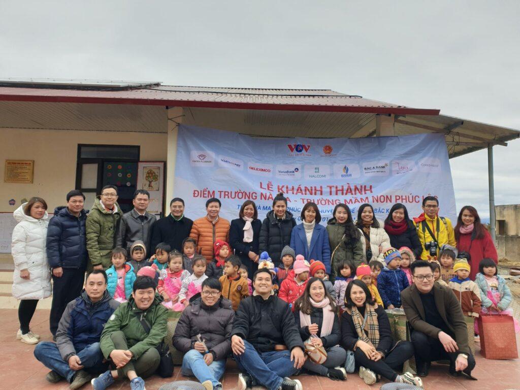 Ảnh kỷ niệm của các nhà tài trợ và đội ngũ nhân viên VOV