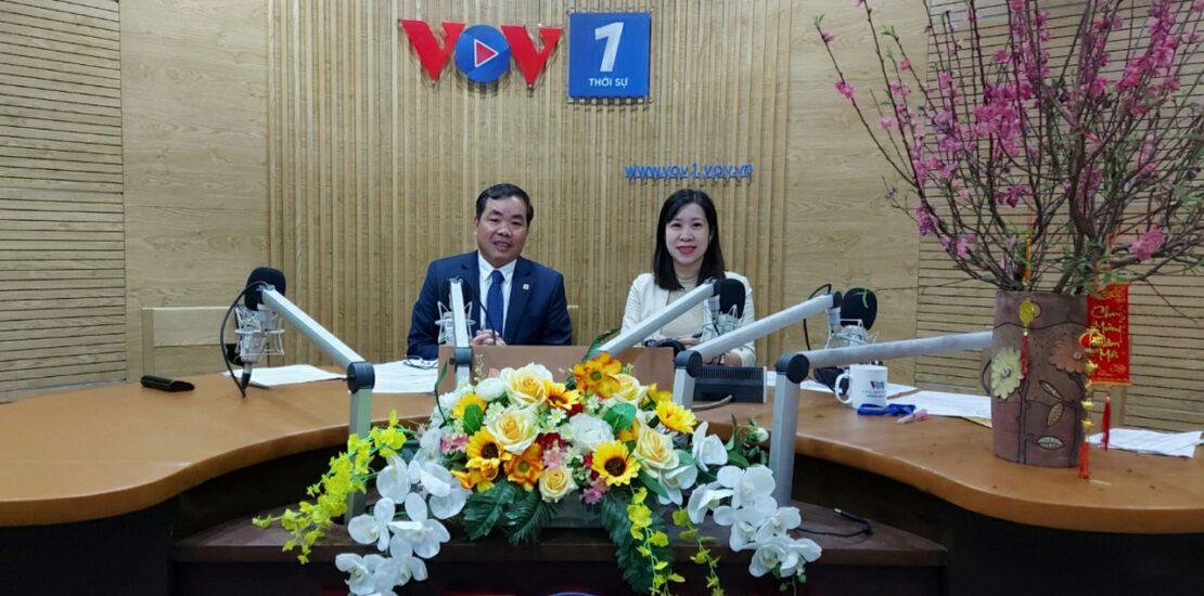 Chủ tịch Nguyễn Quang Huân và biên tập viên VOV1